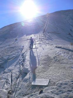 ハーフドーム・一般道頂上直下(下から)