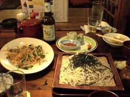 タイ風ビーフン、生春巻、盛り蕎麦、タイビールという凄い組み合わせ