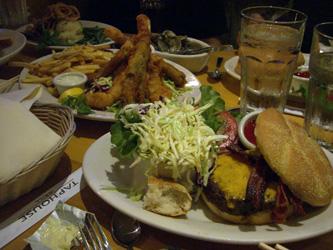 アメリカンな夕食。量が半端じゃない。