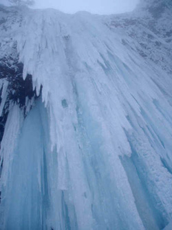 仙人沢大氷柱・下から