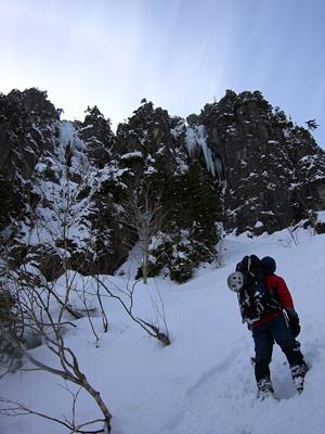左がグラスホッパー全景 / 右ルンゼの氷柱はすごい