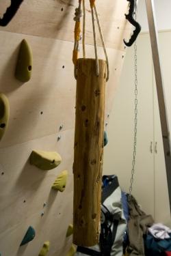 吊るすための貫通穴を開け、ひもを通せば完成です