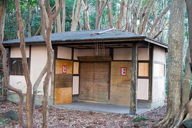 吊橋手前のトイレは閉鎖中