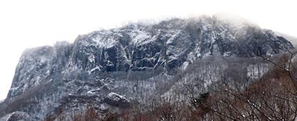 攀船記を登ろうと艫岩を遠望するも、肝心の氷がない