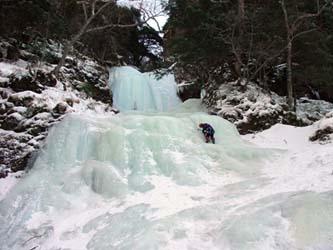 クリスマスルンゼの大滝 60m 下部を登る山本さん