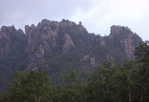 廻り目平キャンプ場から屋根岩 中央が 2峰