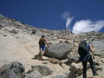 山頂直下 花崗岩と青空のコントラストが素晴らしい