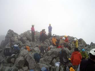 ツアー客でごった返す山頂