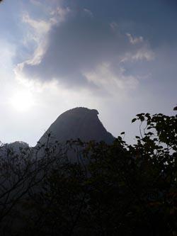仁寿山荘付近からの逆光の仁寿峰