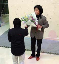 小林選手から北山さんへ花束贈呈