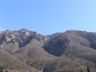 土樽駅付近からの足拍子岳 左の最奥