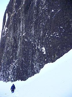 艫岩の基部をトラバース