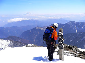北岳山頂 遠くに富士山 標高は古いままですね