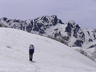 正面は剱岳 左の稜線が八ッ峰