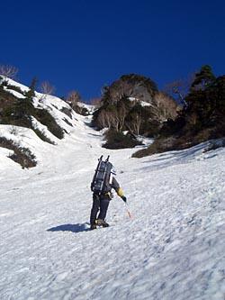 八ッ峰三稜P1目指してルンゼを詰める