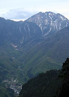 振り返ると焼岳と新穂高温泉