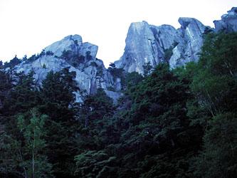 瑞牆山正面壁 左が左岩壁で右が正面壁