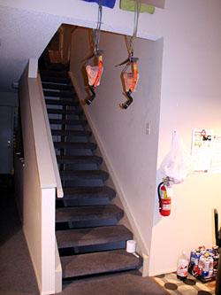階段にバイルがぶら下がっている怪しいアパート