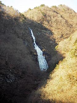 道路からの千波の滝