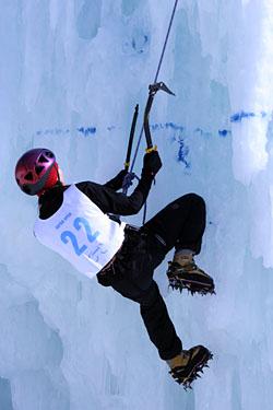 オープン女子課題 2の手塚さん。Grivel・Alp Wing + Revolution。リーチもあり、登るたびに上手くなっていました。
